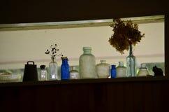 Alte Flaschen im Fenster Stockbild