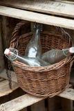 Alte Flaschen im Korb Lizenzfreie Stockfotos