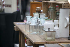 Alte Flaschen und Apothekengläser auf hölzernen Kommode für Verkauf Stockfoto