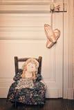 Alte Flickenpuppe- und pointe Tanzschuhe Stockbilder