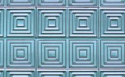 Alte Fliesen auf der Wand mit einem einzigartigen quadratischen Muster Stockbild