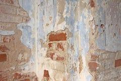 Alte flockige weiße Farbe, die weg einer grungy gebrochenen Wand abzieht Sprünge, lizenzfreie stockfotografie