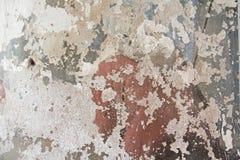 Alte flockige weiße Farbe, die weg einer grungy gebrochenen Wand abzieht Sprünge, stockfoto