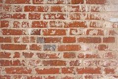 Alte flockige weiße Farbe, die weg einer grungy gebrochenen Wand abzieht Sprünge, stockfotografie