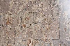 Alte flockige weiße Farbe, die weg einer grungy gebrochenen Wand abzieht Sprünge, stockbilder
