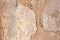 Alte flockige weiße Farbe, die weg einer grungy gebrochenen Wand abzieht Sprünge, lizenzfreies stockfoto