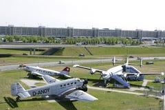 Alte Flugzeuge im Besucher parken an München-Flughafen Stockbilder
