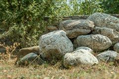 Alte Fluss-Steine auf dem Boden in der Natur Lizenzfreies Stockfoto