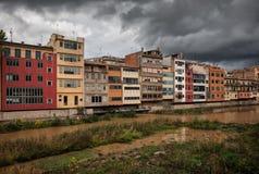 Alte Flussufer-Häuser in Girona Lizenzfreies Stockfoto