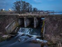 Alte Flussverdammung am Abend Wasser verwischt durch lange Belichtung stockbilder