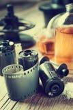 Alte Fotofilmstreifen, Kassette und Chemikalienreagenzien für photogr Stockfotografie
