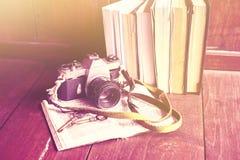 Alte Fotokamera, -bücher und -schlüssel Stockfotos