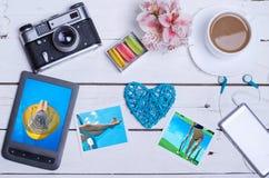 Alte Fotokamera, Tablette, Fotos auf einem Holztisch, Draufsicht Lizenzfreies Stockfoto
