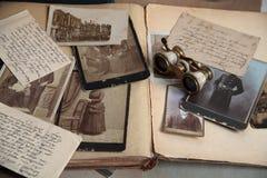 Alte Fotos, Postkarte, Zeichen und Buch. Lizenzfreie Stockfotos