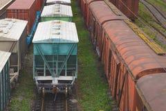 Alte Frachteisenbahnwagen sind auf der Bahn an der Eisenbahn Stockbilder