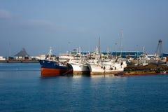 Alte Frachtschiffe im Hafen von Mindelo, Afrika Stockfotos