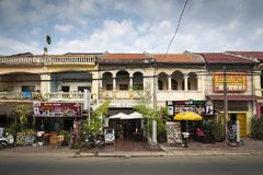 Alte französische Kolonialarchitektur in der kampot Stadtstraße Kambodscha stockbilder