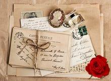 Alte französische Postkarten und rosafarbene Blume Stockbild