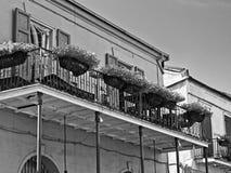 Alte französisches Viertel-Gebäude mit Balkon und Blumen 5 B&W Stockfotos