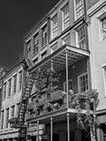 Alte französisches Viertel-Gebäude mit den Blumen in B&W und in den Pflanzern Stockfoto