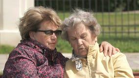 Alte Frau betrachtet Manschetteneignungsverfolger stock footage