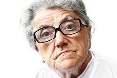 Alte Frau in den Gläsern Stockfotos