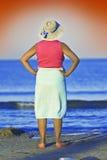 Alte Frau an der Küste Stockbild