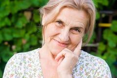 Alte Frau an der Natur Lizenzfreie Stockfotos