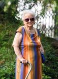 Alte Frau in der Sonnenbrille Stockbild