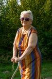 Alte Frau in der Sonnenbrille Lizenzfreies Stockfoto