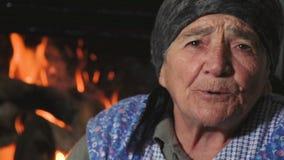 Alte Frau der Weinlese, die eine Geschichte MF erzählt stock video