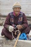 Alte Frau des Porträts auf der Straße in Leh, Ladakh Indien Lizenzfreie Stockfotografie