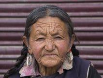 Alte Frau des Porträts auf der Straße in Leh, Ladakh Indien Lizenzfreie Stockfotos