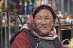 Alte Frau des Porträts auf der Straße in Leh, Ladakh Indien Stockbilder