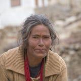 Alte Frau des Porträts auf der Straße in Leh, Ladakh Indien Stockbild