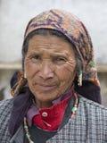 Alte Frau des Porträts auf der Straße in Leh, Ladakh Indien Lizenzfreies Stockfoto