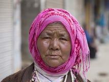 Alte Frau des Porträts auf der Straße in Leh, Ladakh Indien Stockfotografie