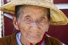 Alte Frau des Porträts in einem Strohhut Inle See, Myanmar, Birma Stockbild