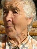 Alte Frau, die überrascht schaut Stockfoto