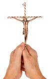 Alte Frau, die ein katholisches Messingkruzifix anhält lizenzfreie stockfotos