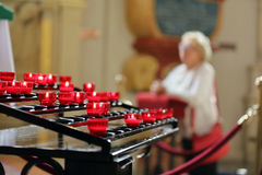 Alte Frau, die in einer Kirche auf den Knien betet Stockfotos