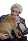 Alte Frau, die mit kleinem Hund glücklich sich fühlt Lizenzfreie Stockbilder