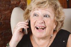 Alte Frau, die am Telefon spricht Lizenzfreie Stockfotografie