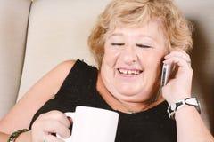 Alte Frau, die am Telefon spricht Stockfotos