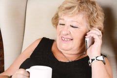 Alte Frau, die am Telefon spricht Lizenzfreie Stockfotos