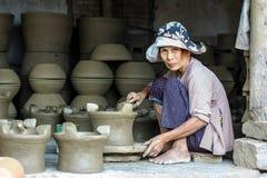 Alte Frau, die an Tonwarenwerkstatt arbeitet Stockfotos