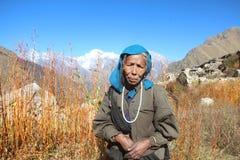 Alte Frau in einem Bergdorf Stockbild