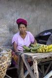 alte Frau Hindu am Markt, Dorf Toyopakeh, Nusa Penida am 22. Juni Indonesien 2015 Stockfotografie