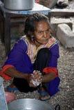 Alte Frau an ihrem Haus Stockfoto