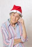 Alte Frau im Hut von einem Weihnachtsmann Stockbild